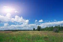 Campo. Nuvem do branco do céu azul. Fotos de Stock Royalty Free