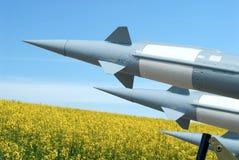 Campo, o céu e foguetes Imagens de Stock Royalty Free