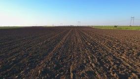 Campo o terreno arativo arato Terreno arabile in primavera archivi video