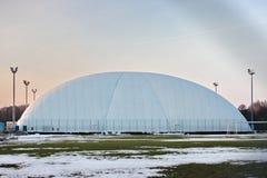 Campo para el fútbol o el tenis en invierno toldo estirado para la protección y la protección contra condiciones meteorológicas - fotografía de archivo libre de regalías