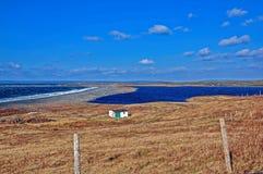 Campo pequeno da cabana pela água Foto de Stock