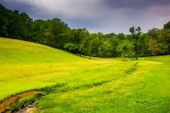 Campo pequeno do córrego e de exploração agrícola em Baltimore County rural, Maryland fotos de stock royalty free