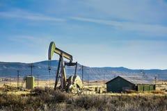 Campo petrolífero con la bomba Imagenes de archivo
