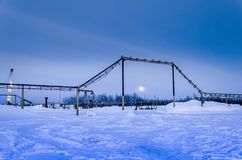Campo petrolífero en noche del invierno Foto de archivo