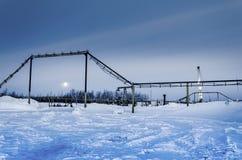 Campo petrolífero en noche del invierno Fotografía de archivo libre de regalías