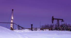 Campo petrolífero en noche del invierno Fotografía de archivo