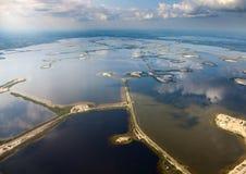 Campo petrolífero no lago Imagens de Stock