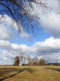 Campo piacevole, fattoria e bello cielo nuvoloso, Lituania Immagini Stock Libere da Diritti
