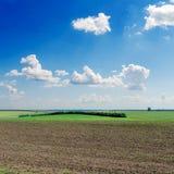 Campo Ploughed e céu azul profundo imagens de stock royalty free
