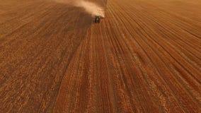 Campo ploughing do trator, vista aérea vídeos de arquivo