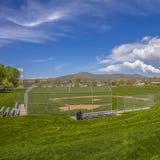 Campo quadrado do basebol ou de softball com a bancada fora da cerca de segurança fotos de stock royalty free