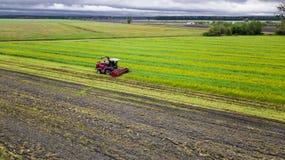 Campo rojo del verde de la máquina segador, foto aérea fotos de archivo
