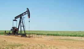 Campo rural de la plataforma petrolera y de trigo Fotografía de archivo libre de regalías