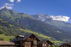 Campo rural hermoso en las montañas suizas Fotos de archivo