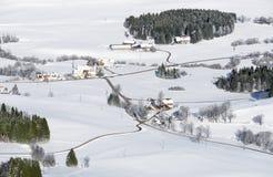 Campo rural precioso en día de invierno nevoso Vista aérea de corrales y de la granja Weitnau, Allgau, Baviera, Alemania Foto de archivo