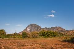 Campo secco di agricoltura dal lato della collina Fotografia Stock