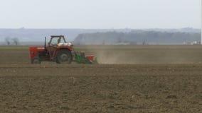 Campo seminato trattore stock footage