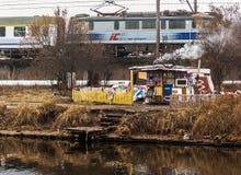 Campo senza tetto vicino ai binari ferroviari Fotografia Stock Libera da Diritti