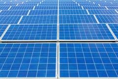 Campo simétrico con muchos colectors solares azules fotografía de archivo libre de regalías