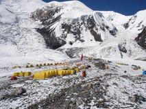 Campo sotto una montagna nel Pamirs Fotografie Stock Libere da Diritti