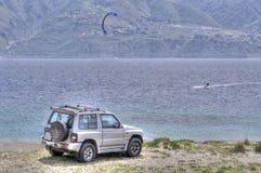 Campo a través en la playa y el kitesurf en el mar Foto de archivo