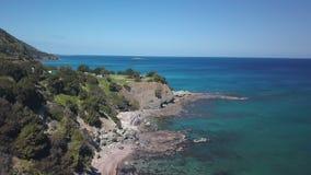 Campo turístico en el acantilado de la costa cerca del mar Mediterráneo, visión aérea metrajes