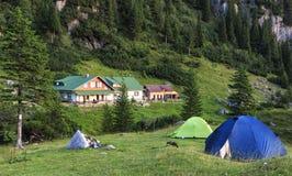 Campo turístico en montañas imagen de archivo libre de regalías