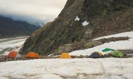 Campo turistico nelle montagne sul ghiacciaio Fotografie Stock Libere da Diritti