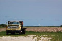 Campo velho do caminhão e do Fallow da exploração agrícola Imagem de Stock