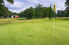 Campo verde com a bandeira no campo de golfe sueco Imagem de Stock