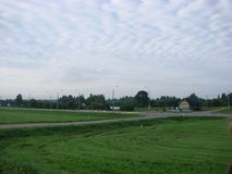 Campo verde com grama em Bielorrússia fotos de stock