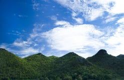 Campo verde da montanha de Kanchanaburi, Thaila Fotos de Stock