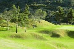 Campo verde del golf en una colina Foto de archivo