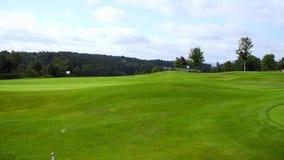 Campo verde del golf y cielo azul almacen de video