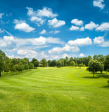 Campo verde del golf y cielo nublado azul Imagenes de archivo