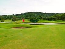 Campo verde di golf con la bandierina 2 dell'obiettivo Immagine Stock