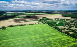Campo verde hermoso con el pueblo Imagenes de archivo