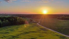 Campo verde y puesta del sol hermosa fotos de archivo libres de regalías