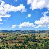 Campo y cielo azul Fotografía de archivo