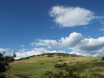 Campo y cielo nublado Imagen de archivo libre de regalías