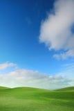 Campo y cielo verdes Imagen de archivo libre de regalías