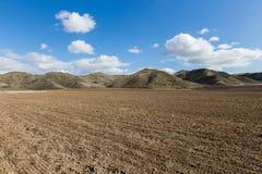 Campo y colinas arados Fotos de archivo