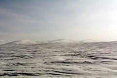 Campo y colinas de nieve en la región de Orenburg imagen de archivo libre de regalías