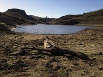 Campo y lago secos en Gran Canaria Foto de archivo
