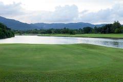 Campo y laguna de hierba verde del campo de golf Foto de archivo