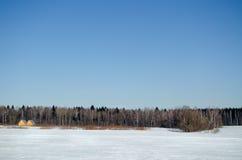 Campo y madera en día de invierno solar Fotografía de archivo libre de regalías