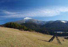 Campo y montaña imagen de archivo