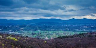 Campo y nubes pesadas, Croacia Foto de archivo libre de regalías
