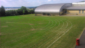 Campo y pista de la escuela Imagen de archivo libre de regalías