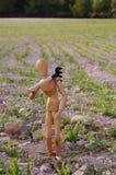 Camponês em um campo com ancinho Foto de Stock